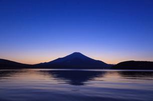 山中湖から望む富士山の写真素材 [FYI03345803]