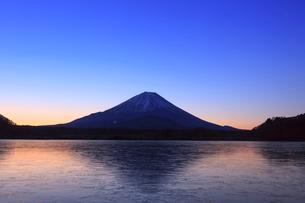 精進湖から望む富士山の写真素材 [FYI03345805]