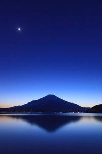 山中湖から望む富士山の写真素材 [FYI03345806]