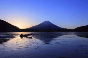 精進湖から望む富士山の写真素材 [FYI03345811]