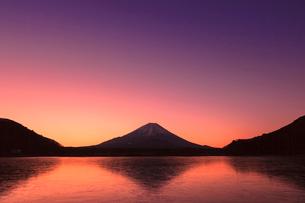精進湖よりのぞむ富士山の写真素材 [FYI03345820]