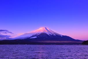 山中湖よりのぞむ富士山の写真素材 [FYI03345822]