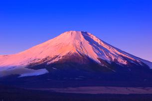 山中湖よりのぞむ富士山の写真素材 [FYI03345823]