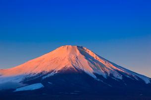 山中湖よりのぞむ富士山の写真素材 [FYI03345825]