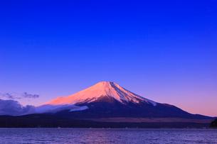 山中湖よりのぞむ富士山の写真素材 [FYI03345826]