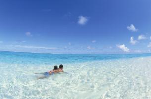 マニャガハ島の浅い海で遊ぶ親子の写真素材 [FYI03345884]
