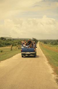 トラックに乗って手を振る家族の写真素材 [FYI03345901]