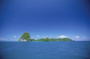 青い海と緑のロックアイランズの写真素材 [FYI03345908]