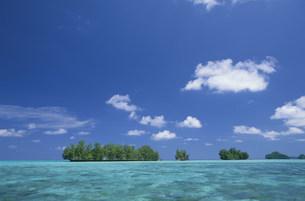 海と緑のロックアイランズの写真素材 [FYI03345913]