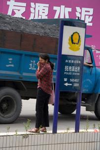 大気汚染を心配する市民の写真素材 [FYI03346294]