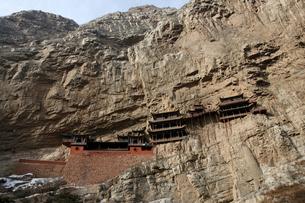 険しい山肌の中腹に立つ懸空寺の写真素材 [FYI03346346]