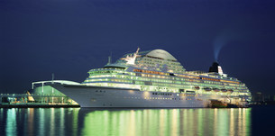神戸港 停泊中の豪華客船の写真素材 [FYI03346401]