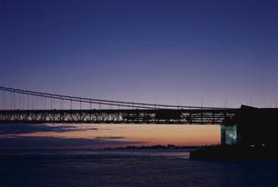 移情閣と明石海峡大橋 海岸通の写真素材 [FYI03346403]