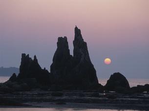 ハサミ岩の日の出 橋杭岩の写真素材 [FYI03346573]
