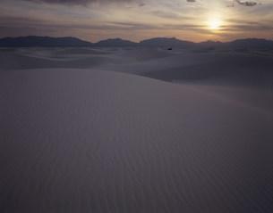 夕陽と砂漠 ホワイトサンズ国立記念物の写真素材 [FYI03346985]