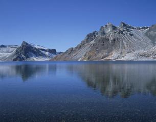 斑雪の白頭山の天池の写真素材 [FYI03347097]