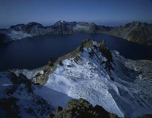 斑雪の白頭山の天池の写真素材 [FYI03347099]