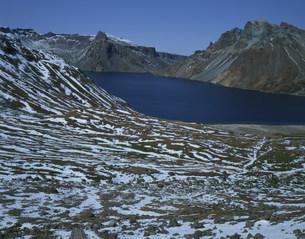斑雪の白頭山の天池の写真素材 [FYI03347100]