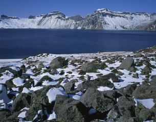 斑雪の白頭山の天池の写真素材 [FYI03347101]