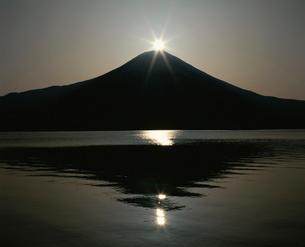 田貫湖のダイヤモンド富士の写真素材 [FYI03347648]