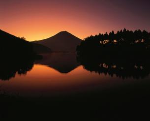 田貫湖と逆さ富士の朝焼けの写真素材 [FYI03347700]