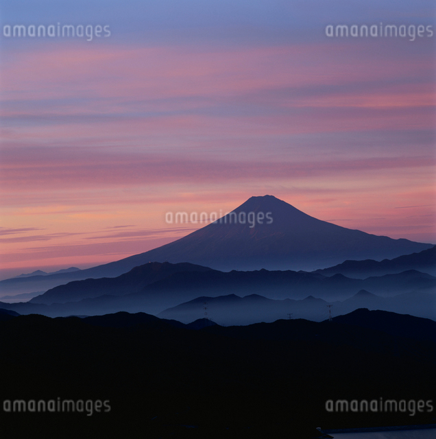 大菩薩峠から望む朝焼けの富士山の写真素材 [FYI03347718]