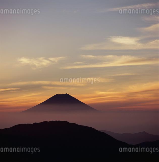 茶臼岳から望む朝焼けと富士山の写真素材 [FYI03347720]
