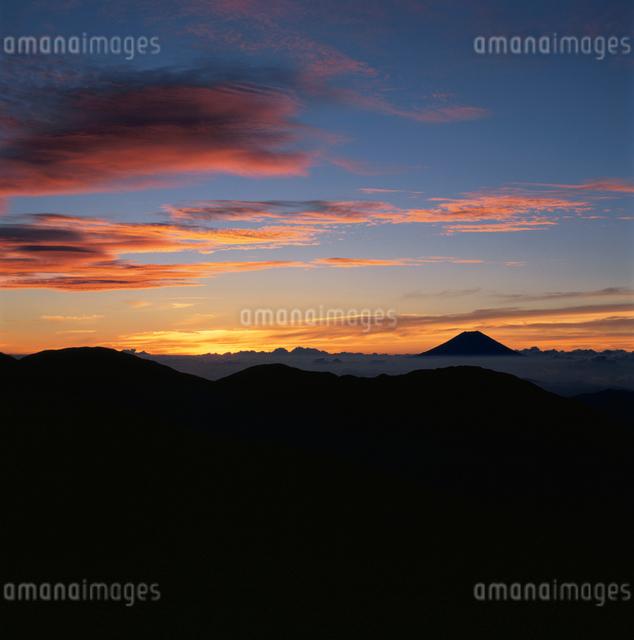 茶臼岳から望む朝焼けと富士山の写真素材 [FYI03347721]