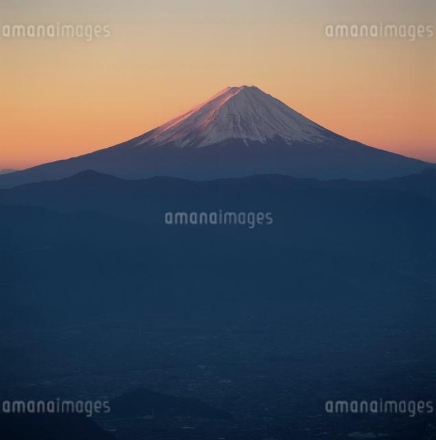 乾徳山から望む朝焼けの富士山の写真素材 [FYI03347722]