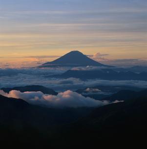 塩見岳から望む雲海の朝焼けと富士山の写真素材 [FYI03347724]