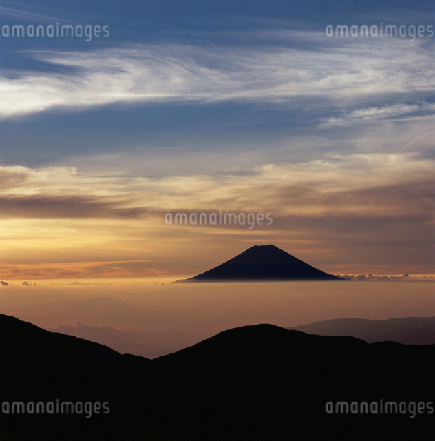 上河内岳から望む雲海の朝焼けと富士山の写真素材 [FYI03347727]