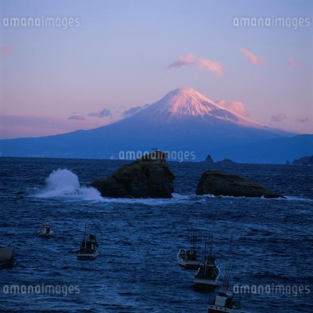 雲見から望む朝焼けの富士山の写真素材 [FYI03347728]
