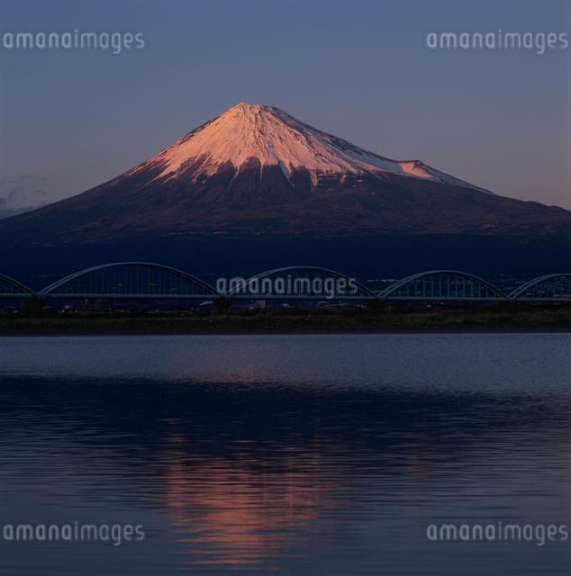 富士川河口から望む夕景の赤富士の写真素材 [FYI03347729]