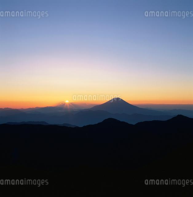 赤石岳から望む日の出と富士山の写真素材 [FYI03347738]