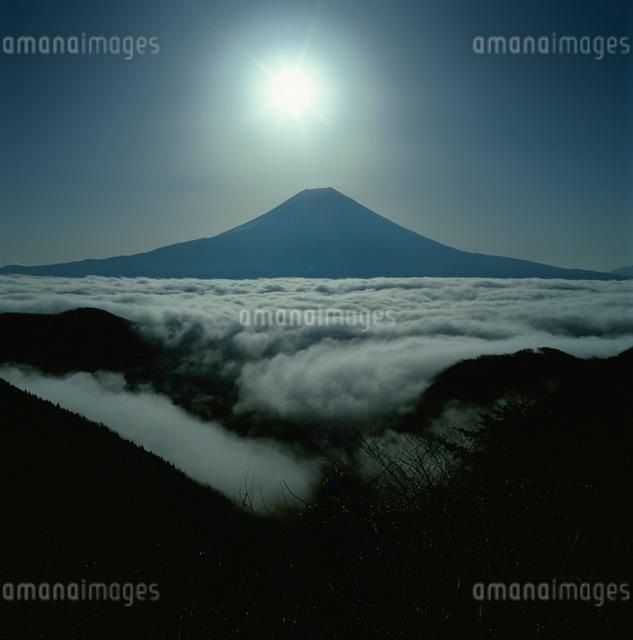 猪之頭から望む雲海と太陽の写真素材 [FYI03347742]