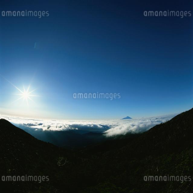 国師ヶ岳から望む雲海と昇陽の富士山の写真素材 [FYI03347743]