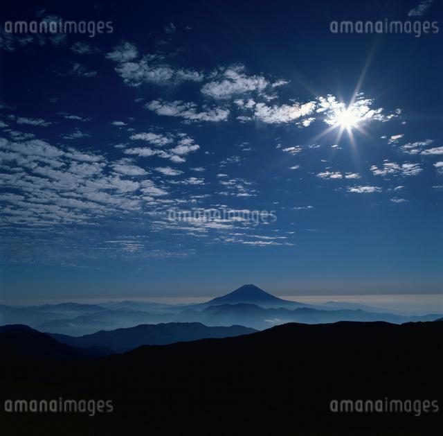 千枚岳の雲と太陽の写真素材 [FYI03347748]