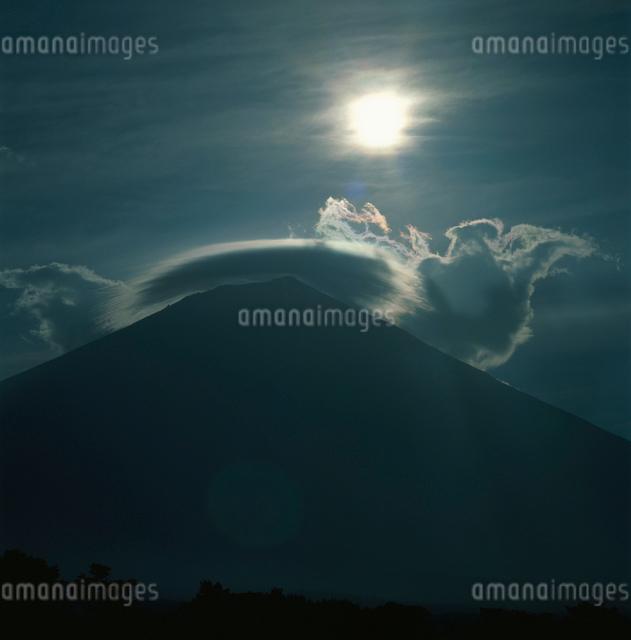 白糸から望む笠雲と太陽の富士山の写真素材 [FYI03347749]