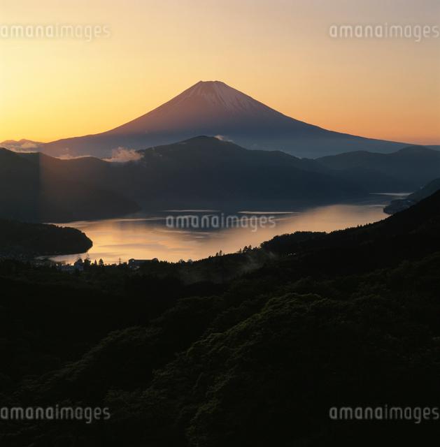 大観山から望む芦ノ湖と夕焼の富士山の写真素材 [FYI03347754]