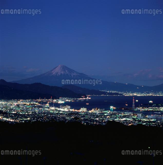 日本平から望む暮れ行く富士山の写真素材 [FYI03347755]