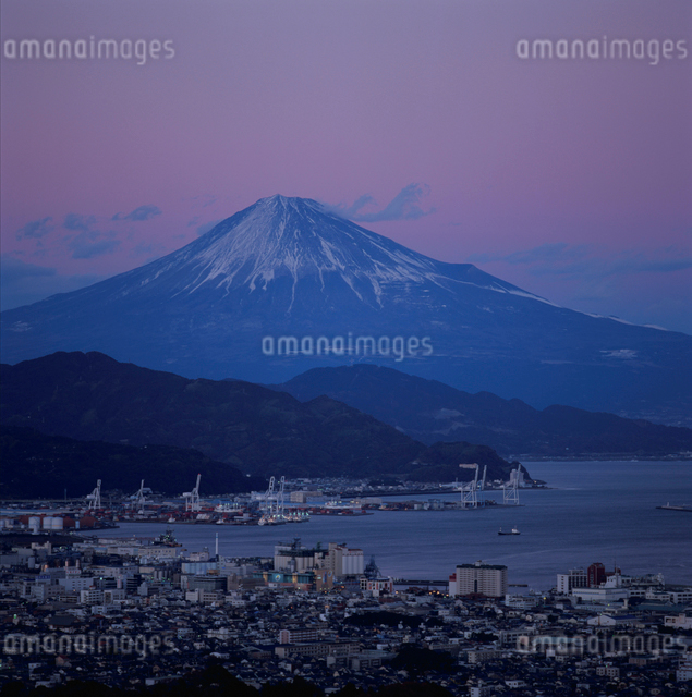 日本平から望む夕景の富士山の写真素材 [FYI03347756]