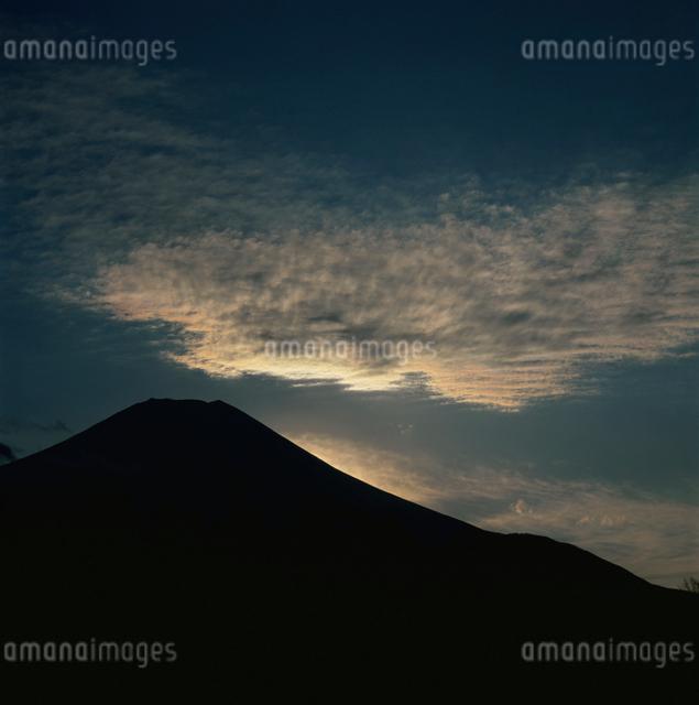 花の都公園からの彩雲と富士山の写真素材 [FYI03347759]