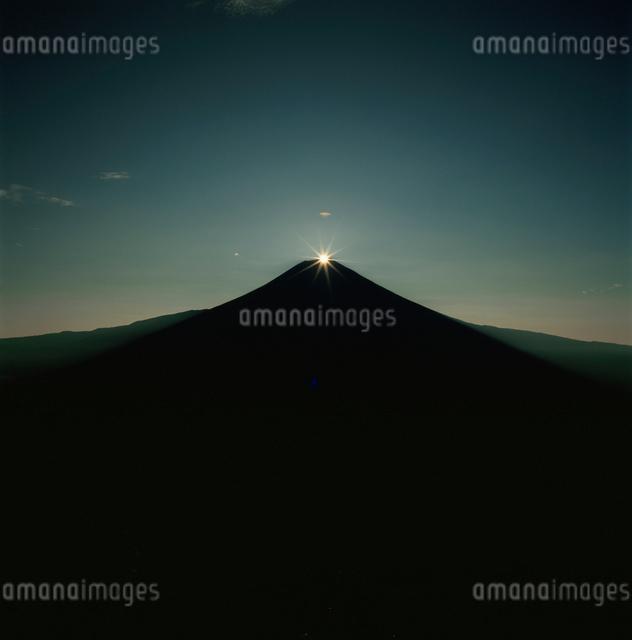猪之頭から望むダイヤモンド富士の写真素材 [FYI03347760]