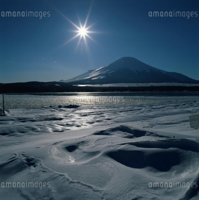 山中湖の雪景色と富士山の写真素材 [FYI03347761]