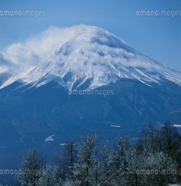 三ッ峠から望む貝巻き笠と富士山の写真素材 [FYI03347762]