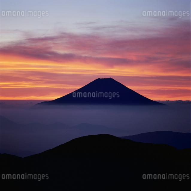 上河内岳から望む朝焼けと富士山の写真素材 [FYI03347763]
