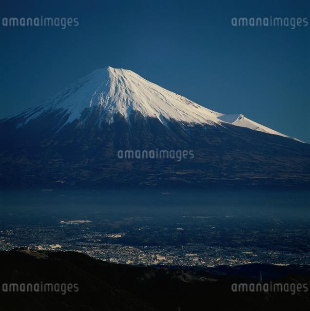 浜石岳から望む冬晴れの富士山の写真素材 [FYI03347765]