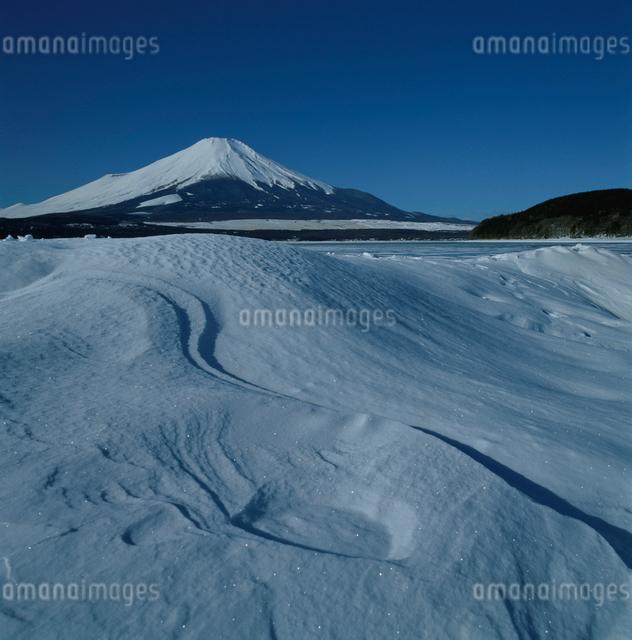 山中湖の雪景色と富士山の写真素材 [FYI03347771]