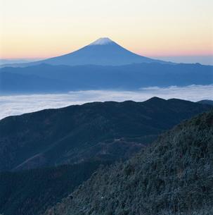 国師ヶ岳から望む雲海と富士山の写真素材 [FYI03347777]