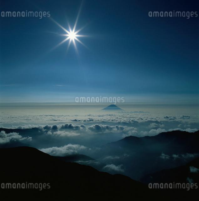 北岳から望む太陽と富士山の写真素材 [FYI03347782]